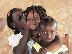 Trois fillettes se disent un secret